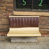 Bench seating outside. — Zdjęcie stockowe