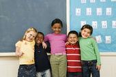 élèves debout dans la salle de classe. — Photo