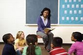 öğretmen öğrencilere okuma — Stok fotoğraf