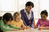 учитель помогает студентам — Стоковое фото
