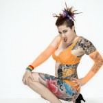 mulher tatuada de cócoras — Foto Stock