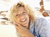 Femme souriante sur la plage — Photo