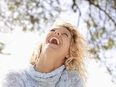 Kobieta roześmiany szczęśliwy — Zdjęcie stockowe
