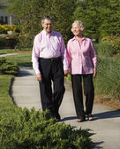 Mature couple walking. — Stock Photo