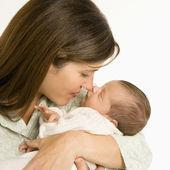Moeder bedrijf baby. — Stockfoto