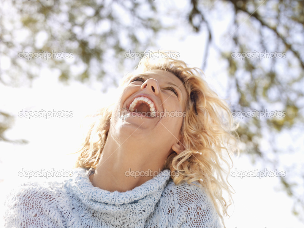 Pretty young blond woman in Maui, Hawaii leaning head back and laughing. — Stock Photo #9247994