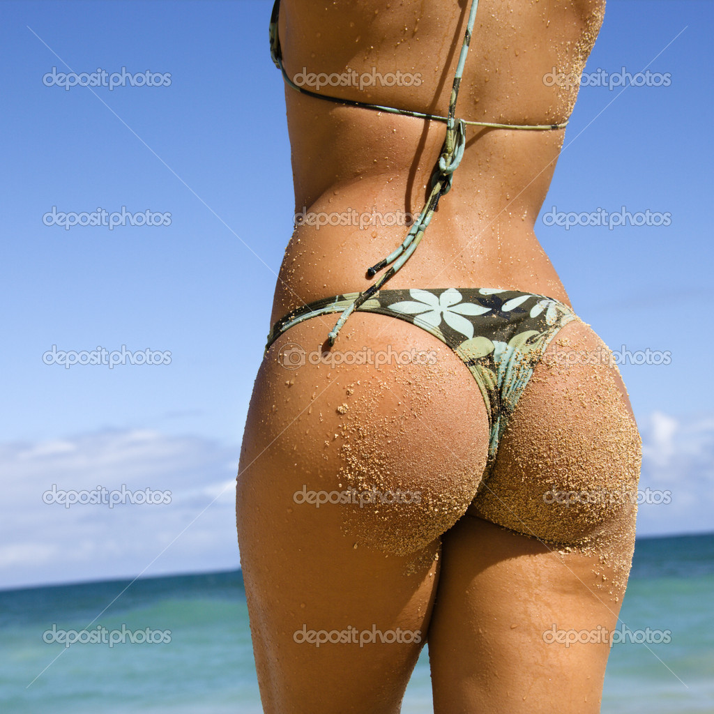Back view of woman in thong bikini on Maui, Hawaii beach. — Stock Photo #9248143