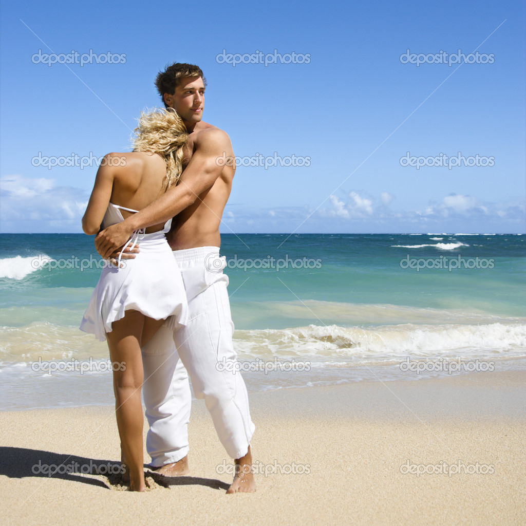 Красивое фото пары на пляже