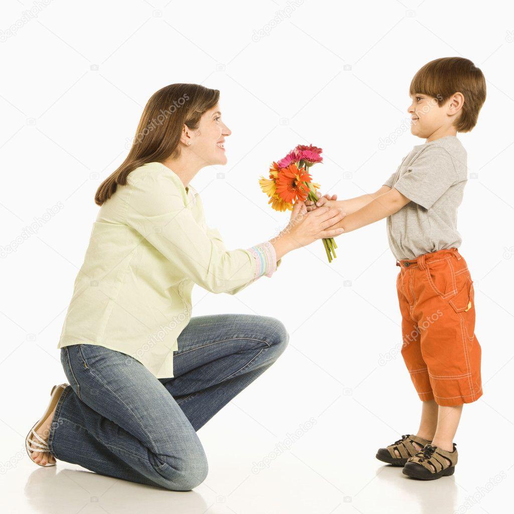 Дарят ли на свадьбу цветы: какие и 19