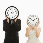 Mariée et le marié avec horloges. — Photo