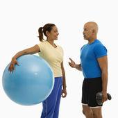 Uomo e donna esercitando. — Foto Stock
