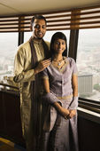 Jeune couple adulte par windows de grande hauteur — Photo