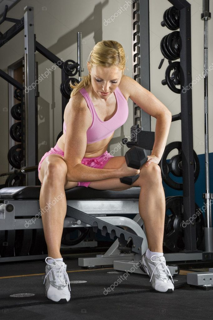 Caucasian mid-adult woman lifting weights in gym. — Stock Photo #9254658