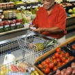 Man grocery shopping. — Stockfoto