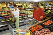 Couple grocery shopping. — Stok fotoğraf