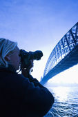 Teen male photographier le pont. — Photo