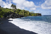 Black sand beach in Maui. — Stock Photo