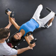 Woman lifting weights — Stockfoto