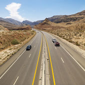 Cars on desert highway. — 图库照片