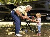 Człowiek i dziecko z hot-dog. — Zdjęcie stockowe