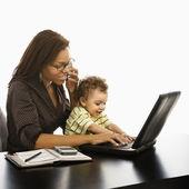 Maman d'affaires avec bébé. — Photo