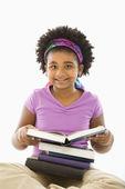 Kitap kurdu kız. — Stok fotoğraf