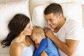 Rodina v posteli. — Stock fotografie