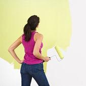 женщина, рисующая стену. — Стоковое фото