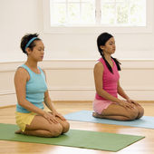 Women meditating — Stock Photo