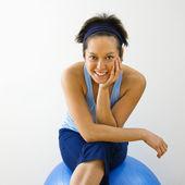 улыбается женщина фитнес — Стоковое фото