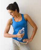 Flexionando músculos mulher — Foto Stock
