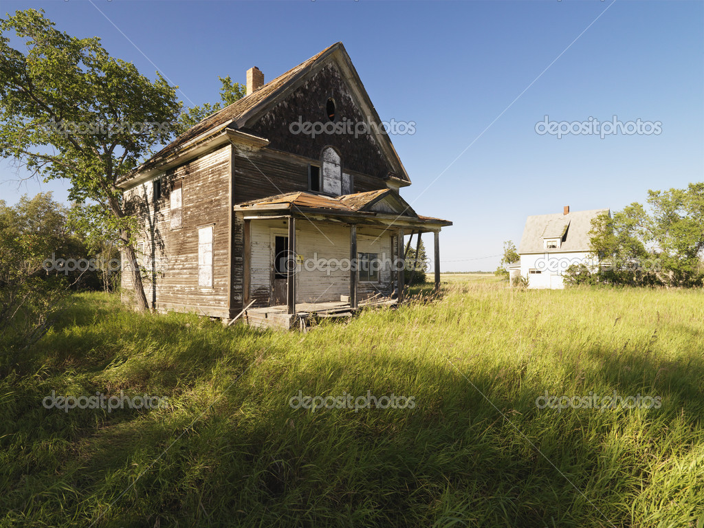 Abandoned farm house in rural field. — Stock Photo #9304287