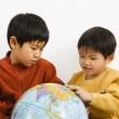 jongens kijken naar globe — Stockfoto