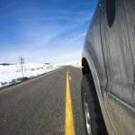 bil på väg på vintern — Stockfoto