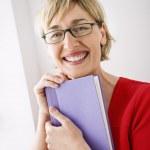 mulher com livro — Foto Stock