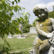 Foto Stock: Cherub statue at graveyard.