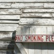 No smoking sign on door. — Stock Photo