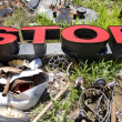 Letters spelling STOP in trashy junkyard. - Foto Stock