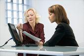 Kvinnliga företagare arbetar — Stockfoto