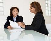 γυναίκες επιχειρηματίες που είναι χαμογελώντας — Φωτογραφία Αρχείου