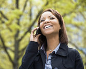 在移动电话上的女人 — 图库照片