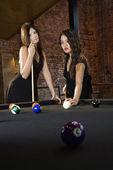 Vrouwen spelen van biljart spel. — Stockfoto