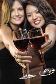 Mulheres brindando com taças de vinho — Foto Stock