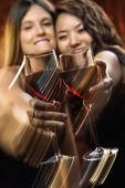 ženy s červeným vínem — Stock fotografie