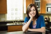 Jolie femme dans la cuisine — Photo