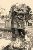 Headless statue in graveyard. — Stock Photo