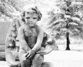 Cherub statue in graveyard — Stock Photo