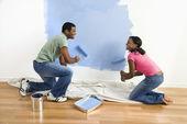 Pár malování zdi. — Stock fotografie