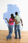 Man and woman looking at paint job. — Stock Photo