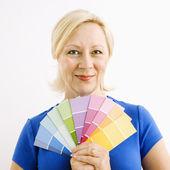 Kvinna med måla färgrutor. — Stockfoto